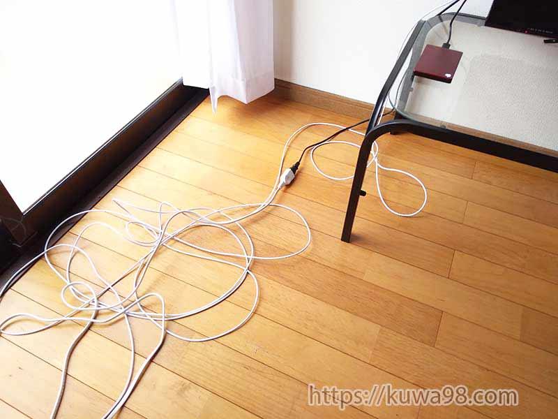 配線モールで隠す前の床