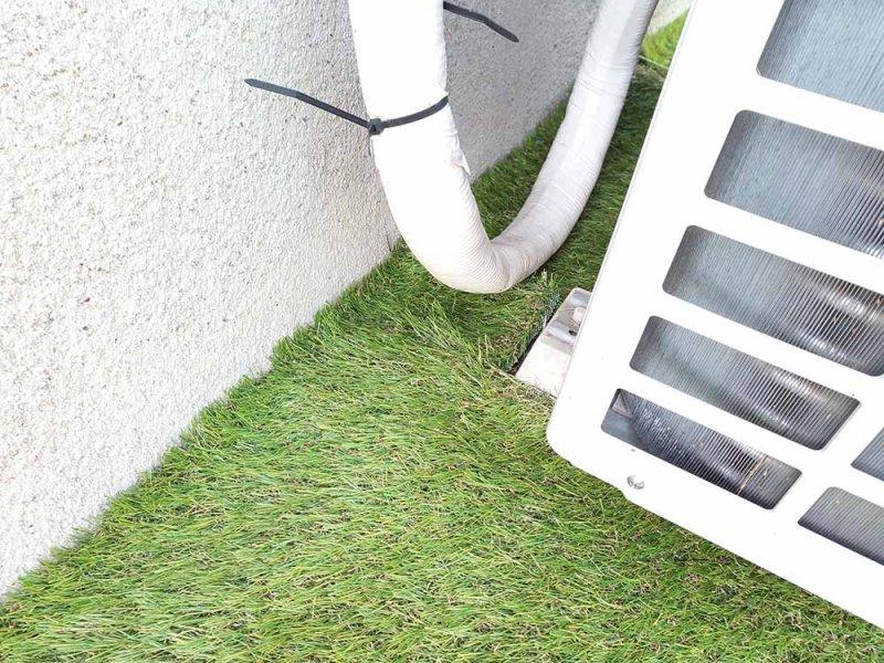 室外機裏の人工芝